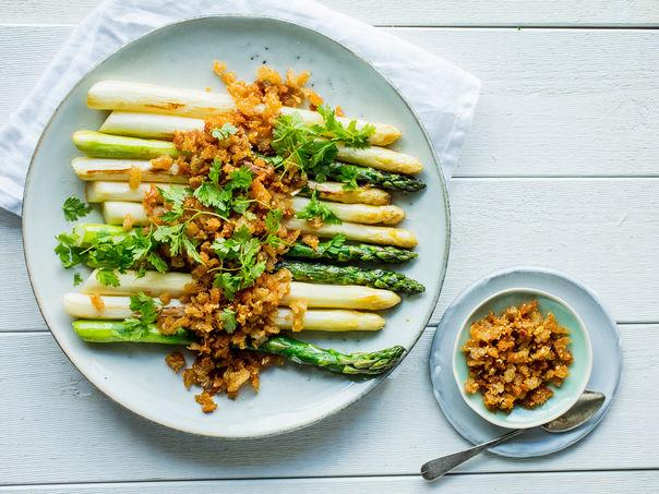 Grønne og hvite asparges med sprøtt dryss