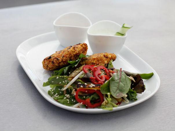 Vegetarburger med asiatisk salat og agurk fusion dressing