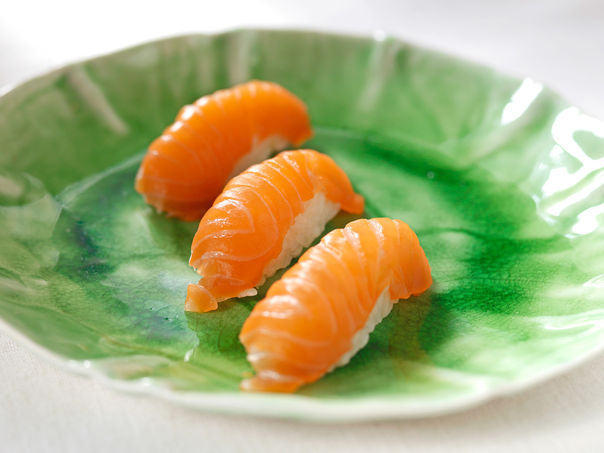 Nigiri sushi med laks