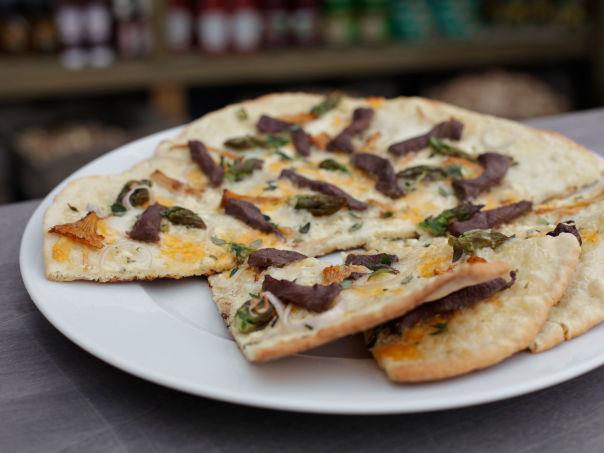 Ytreeides Pizza Bianca med reinsdyr, timian, kantarell og asparges