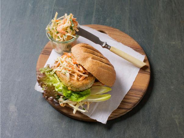 Fiskeburger med coleslaw i grovt brød