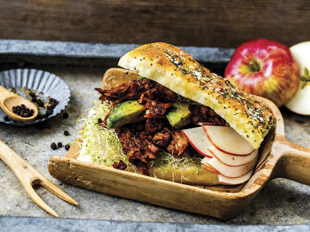 Foccacia med marinerte epler, stekt avokado og OUMPH