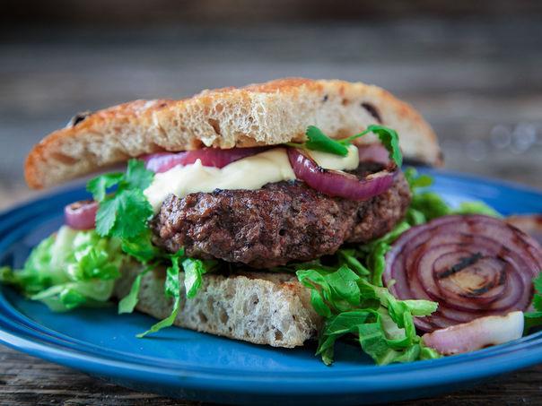 Hamburger i focaccia med grillet løk og aioli