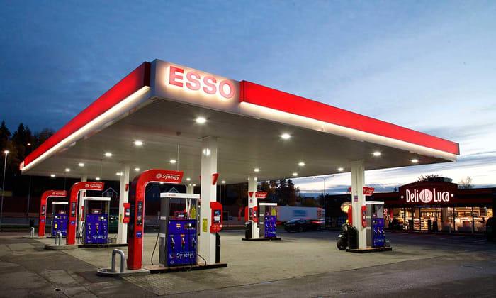 Esso-stasjon i dagslys