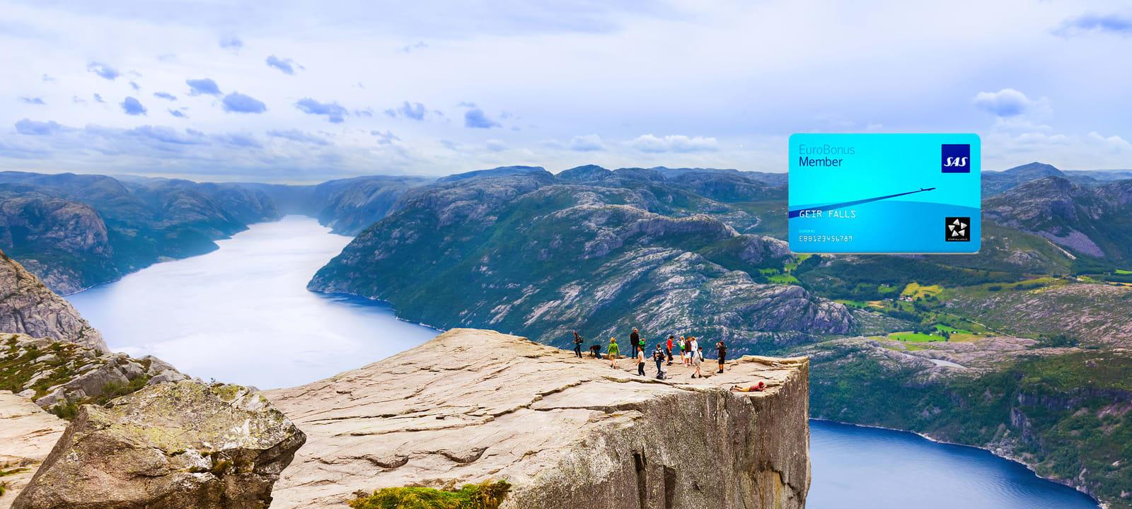 Preikestolen med fjell og fjord i bakgrunnen og SAS EuroBonus kort i høyre hjørne