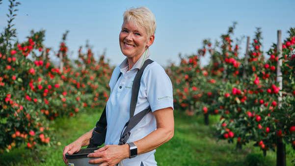 Grethe Bergflødt Sylling dyrker epler på Landfald gård i Lier. Her har de ca. 90 mål med epletrær.