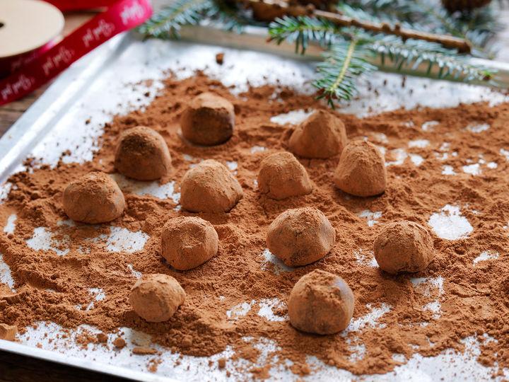 SJOKOLADETRØFER: Sjokoladetrøfler med kakaodryss er perfekt å lage enten til deg selv eller noen du er glad i.
