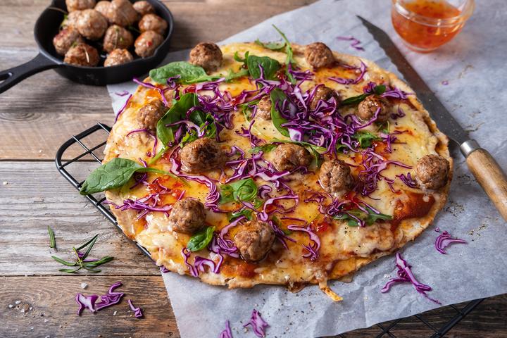 DEILIG PIZZA: Lag små medisterboller og bruk de som topping på pizzaen.