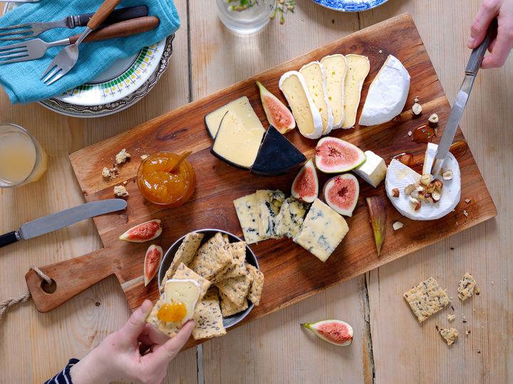 La gjerne ostene få spille hovedrollen, og server tilbehør som fikensyltetøy, frisk fiken, hasselnøtter, nøytrale kjeks og flytende honning.