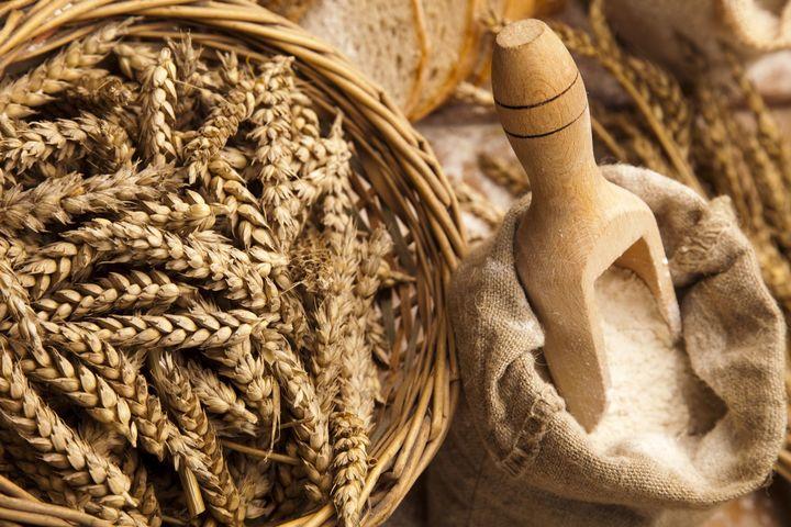 Det er en betydelig kryssreaktivitet mellom hvete og rug, og noe med bygg. Alle disse kornartene inneholder gluten.