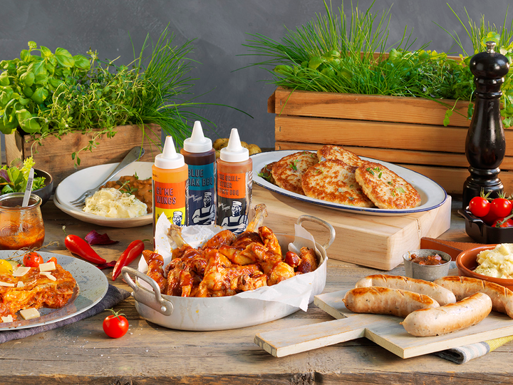 Varm lunsj, rask middag eller bare lyst på noe godt og enkelt? Da er Takeaway fra oss en god løsning! Her finner du mange spennende varmretter som er klare til å nytes, som biff stroganoff, pytt i panne, grillet kylling, burgere og et stort utvalg tilbehør som fløtepoteter og ovnsbakte grønnsaker.