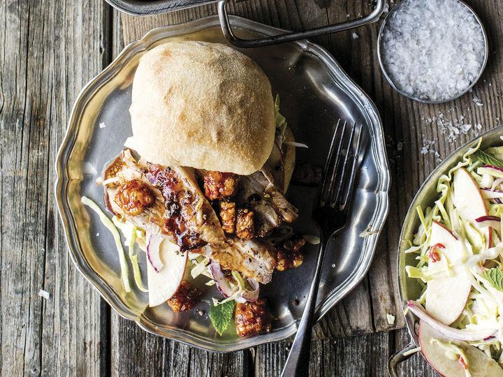 Rester av ribbemiddagen kan serveres på rundstykke eller brød med deilig tilbehør.