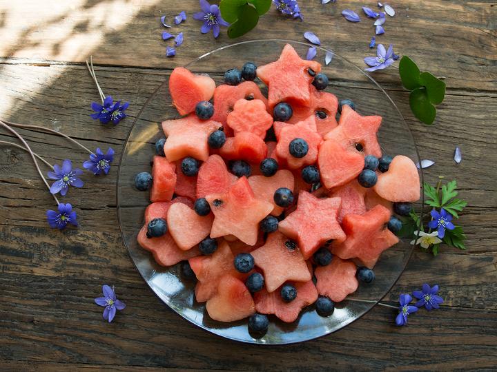 Gjør det ekstra gøy å spise vannmelon ved å lage fine figurer ved hjelp av pepperkakeformer! Server i en skål sammen med friske bær.