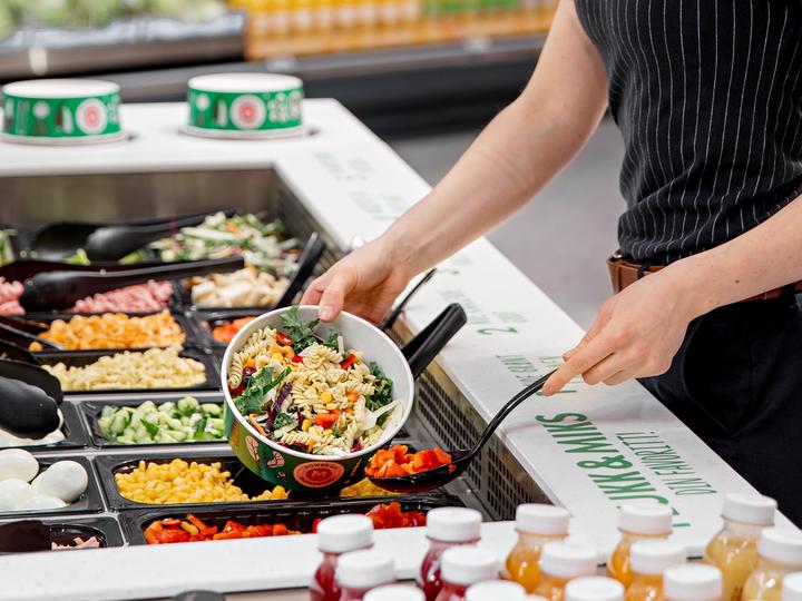I vår salatbar kan du plukke & mikse din egen favorittsalat, eller du kan velge tilbehøret til grillmaten. Raskt og enkelt!