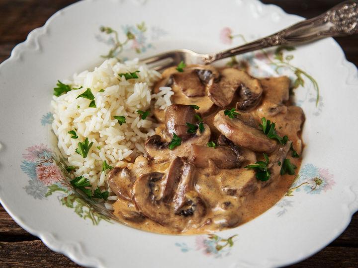 En vegetarisk oppskrift på sopp stroganoff, som er smakfull og rask å lage.