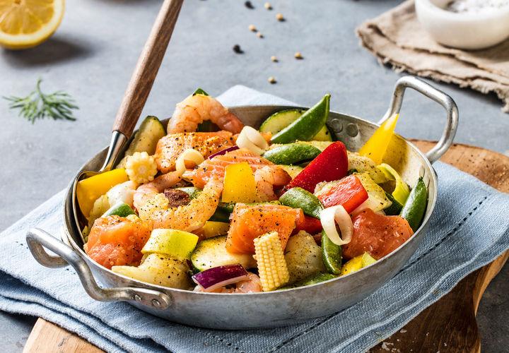 DEILIG FISKEWOK: Wok kan varieres i det uendelig, og er et godt middagsalternativ i en stressende førjulstid.