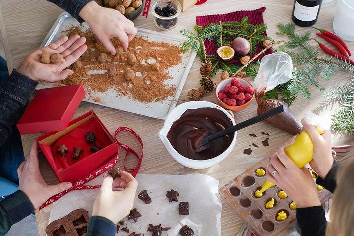 KONFEKTVERKSTED: I vennegjengen til Marvin har konfektverkstedet blitt en godt innarbeidet juletradisjon.