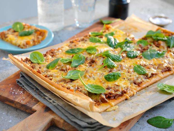 Med pizzabunn av fullkorn og  tomatsaus med grønnsaker har du raskt og enkelt en god hverdagspizza.