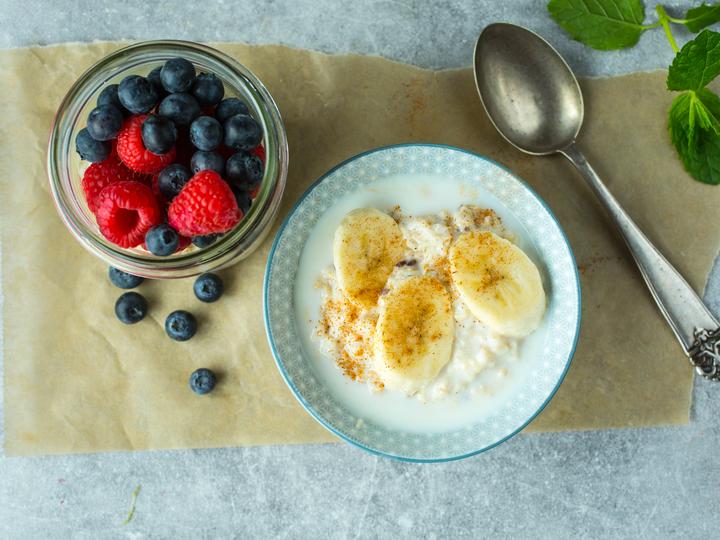 Havregrøt er sunn og god frokost. Topp gjerne med banan og friske bær.