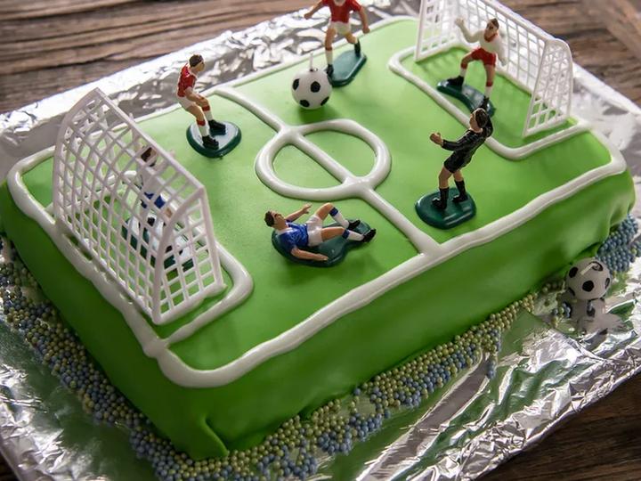 Sjokoladekake forkledd som en fotballbane er like stas i barnebursdager som under fotballfester. Enkelt og veldig godt!