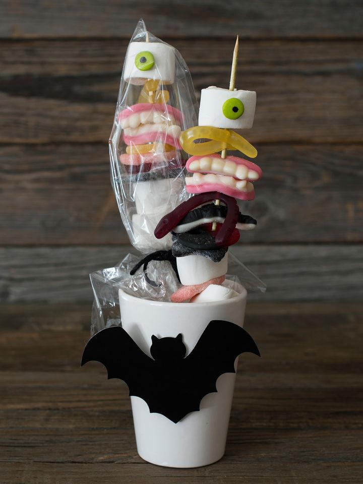 Tre skummelt godteri og andre barnefavoritter på en grillpinne, den enkleste varianten