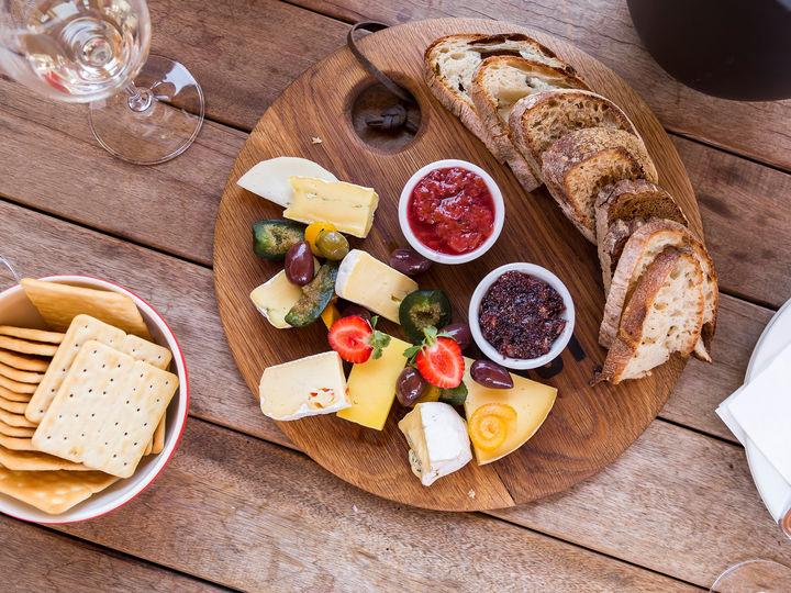 Server gjerne flere typer godt brød og kjeks til ostefatet. Vafler uten for mye sukker passer også veldig godt sammen med ost.