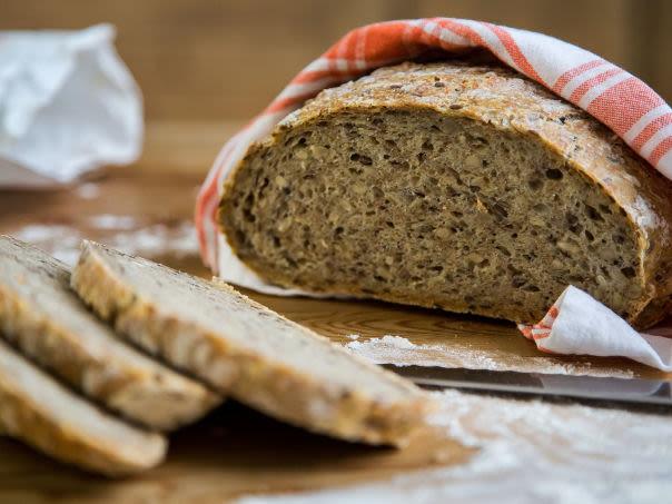 Eltefritt grovbrød med kli og kjerner lager seg selv, men husk å lage deigen dagen før brødet skal stekes!