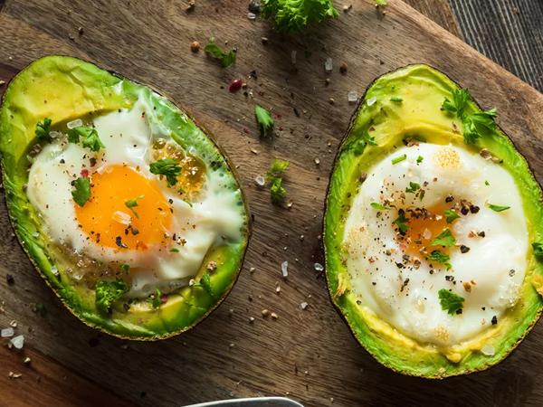 Bakt avocado med egg er en spennende rett som passer perfekt for deg som elsker avocado og egg.