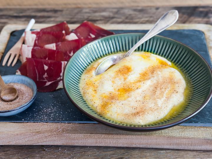 Rømmegrøt med spekemat er tradisjonsrik festmat! Du kan kjøpe ferdig rømmegrøt hos MENY – eller lag den selv.