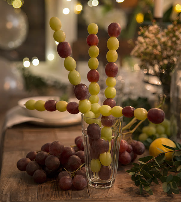 Tre frukt og bær på pinner og server på nyttårsbordet
