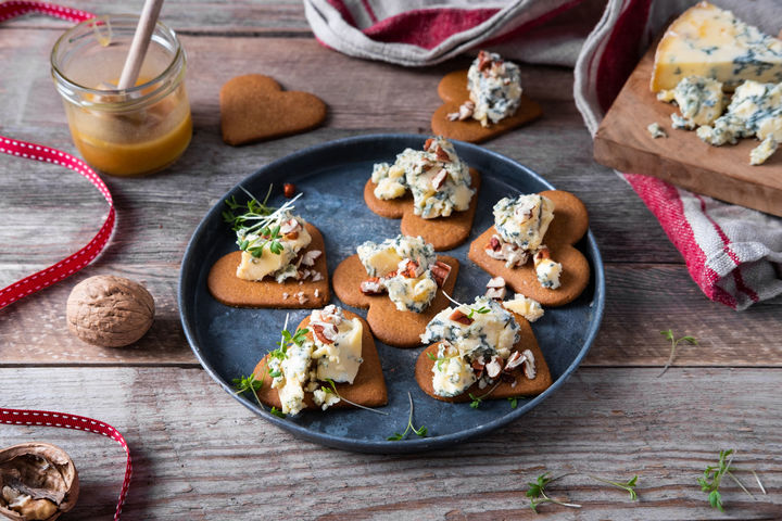 STILTON PÅ PEPPERKAKE: Blue Stilton på pepperkake er en uslåelig kombinasjon. Topp gjerne med fiken, valnøtter, eple, marmelade eller honning.