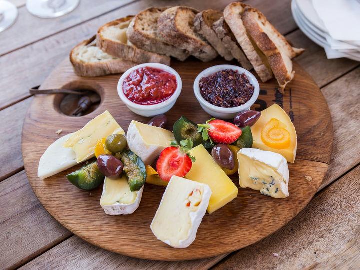 En fin huskeregel er å velge sesongens ferske og søte frukter og bær som tilbehør til ostefatet.