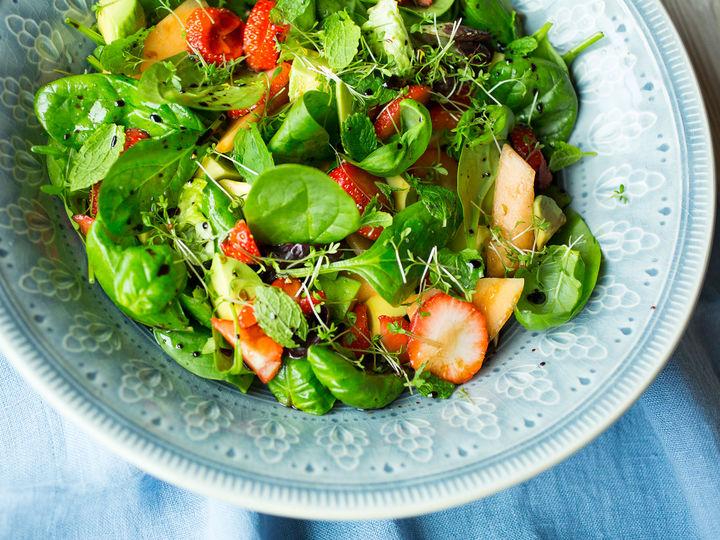Den søte smaken til cantaloupmelon gjør at den egner seg godt i salat, som her sammen med jordbær og avokado.