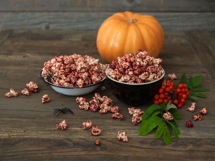 Smør, konditorfarge og popcorn er alt som skal til for å servere blodige popcorn-hjerner