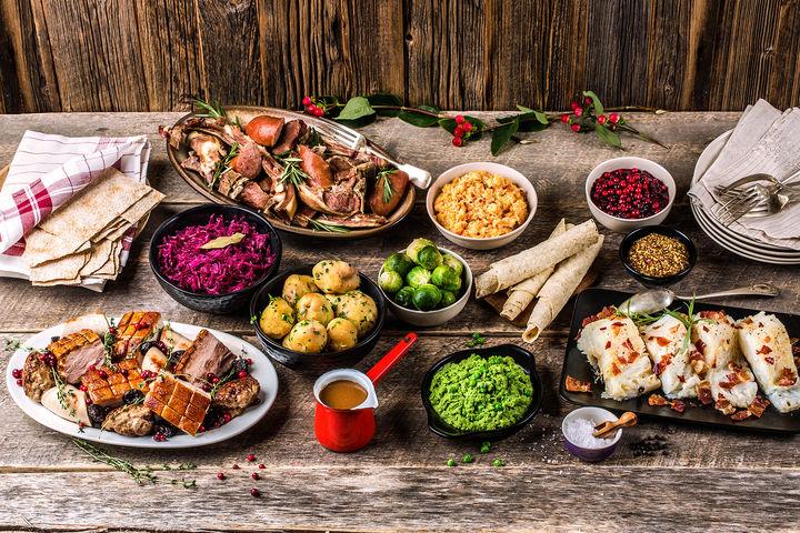 Det er mange forskjellige julemiddag-tradisjoner. Blant annet ribbe, pinnekjøtt og lutefisk.