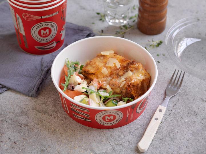 MENYs lasagne er akkurat passe krydret, og saftig og god. Med et dryss parmesan som dysses over før servering av en av våre matarbeidere, og en god salat løfter du middagen til nye smakshøyder.