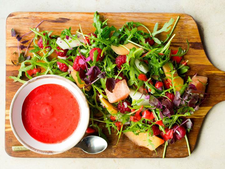 Galiamelonen er ekstra frisk og god om den er kald idet den legges i salaten.