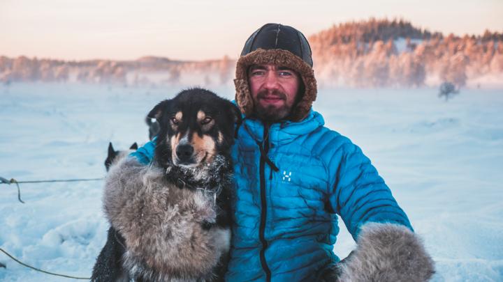 Mange er opptatt av dyr, men få bruker så mye tid sammen med hundene sine som Jens Kvernmo, kjent fra TV-seriene «Vinterdrømmen» og «Jens i Villmarka» på NRK1.