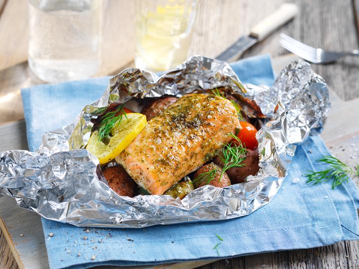 Fisk og skalldyr i aliminiumsfolie kan varmes på grillen, eller til og med rett på Sankthansbålet!