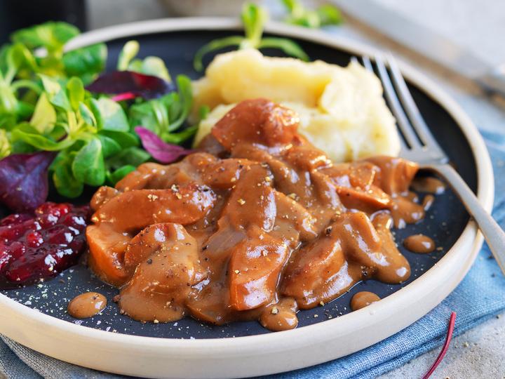 En enkel versjon av stroganoff, med kjøttpølse og potetmos.