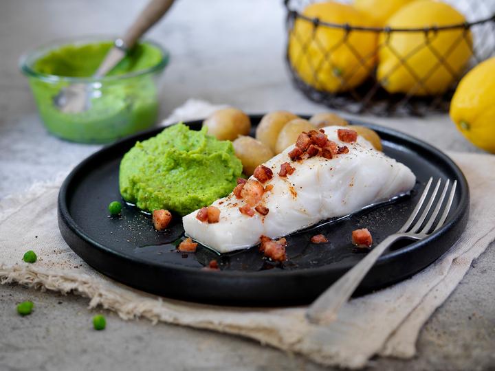 Torskefilet med saltkokte småpoteter, sprøstekt bacon og grønn, myk ertepure er en av middagene du kan finne i ukens middag-disken.