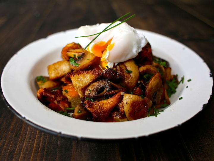 Soppsalat med hvitløk, urter, krutonger og posjert egg.