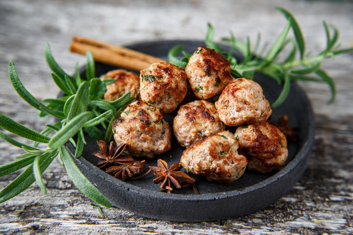 Smakfulle små kjøttboller er populær mat på tapasbordet. Julevarianten kan smake av kanel, eller med andre julekrydder.