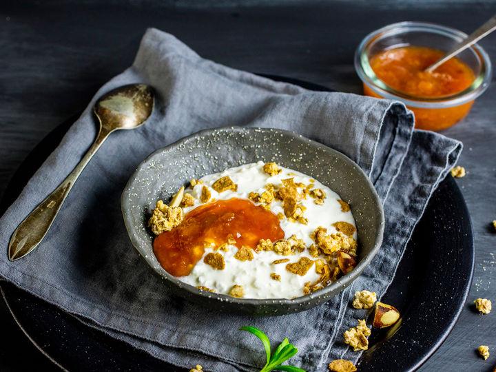 Denne frokosten smaker nesten som dessert! Topp yoghurt og cottage cheese med Jacobs Utvalgte granola og en desj syltetøy.