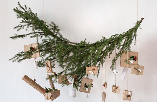 Det er mange muligheter når det gjelder oppheng. Her er det benyttet en gren fra et grantre, bundet opp med hyssing.