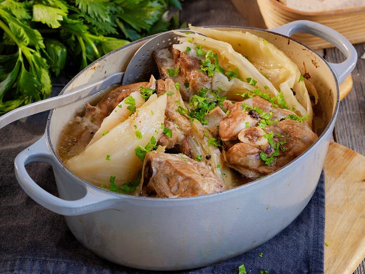 Fårikålen serveres rykende varm med kokte poteter og flatbrød.