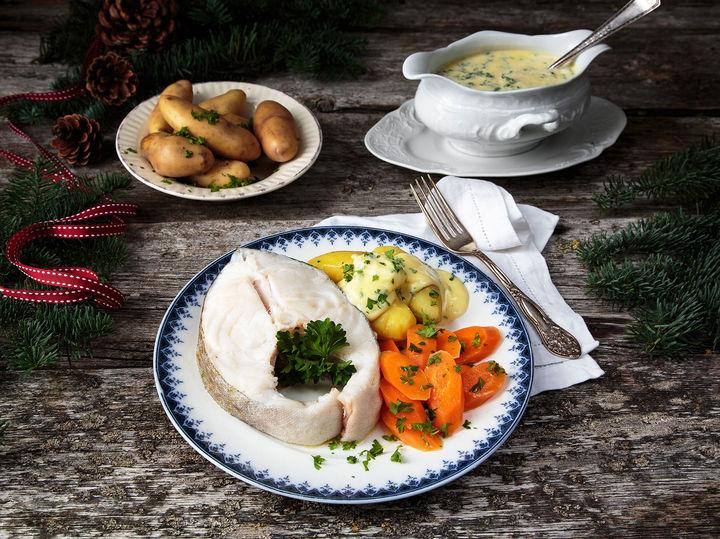 Juletorsk med tradisjonelt tilbehør som sandefjordsmør eller eggesmør og gulrøtter.