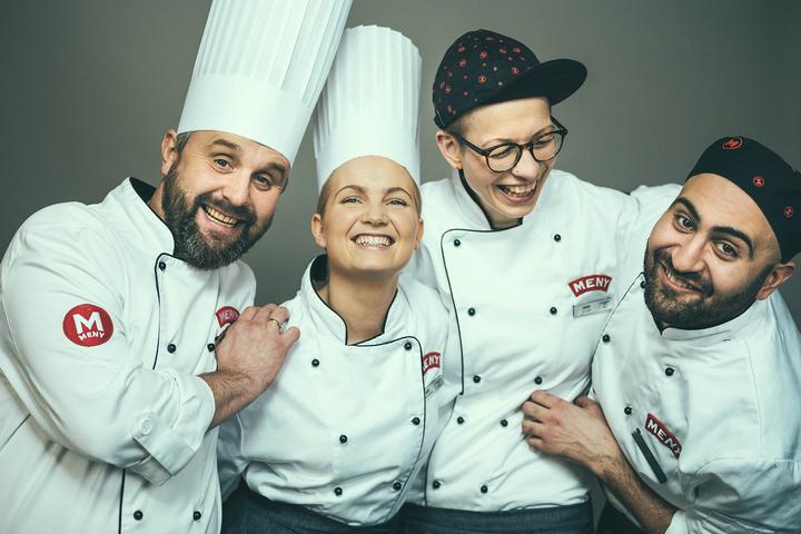 JULEHJELP: Hver dag møter du kunnskapsrike Matarbeidere og kokker hos oss – våre egne Julehjelpere.
