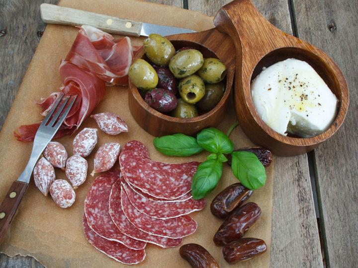Oliven hører med på tapasbordet sammen med spekemat og ost.