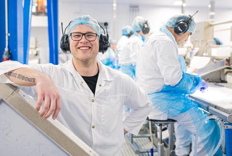 Dovydas Lidzius på jobb på fiskefabrikken i Stamsud.jpg
